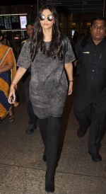 Sonam Kapoor snapped at airport on 10th Sept 2016 (39)_57d50535e8191.JPG