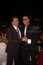 Akshaye Kumar with Dharmendra at the MAX Stardust Awards 2008 on 27th Jan 2008 (70)~0.jpg