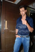 Hrithik Roshan at the launch of WATSON FITNESS in Khar Danda on March 13th 2008(3).jpg