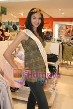 Femina Miss India finalists visit Pantaloon store in  Megamall on April 8th 2008 (11).jpg