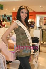 Femina Miss India finalists visit Pantaloon store in  Megamall on April 8th 2008 (12).jpg