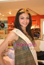 Femina Miss India finalists visit Pantaloon store in  Megamall on April 8th 2008 (14).jpg