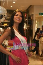 Femina Miss India finalists visit Pantaloon store in  Megamall on April 8th 2008 (15).jpg