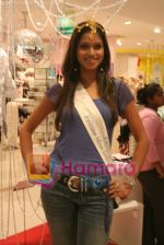 Femina Miss India finalists visit Pantaloon store in  Megamall on April 8th 2008 (18).jpg