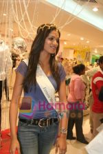 Femina Miss India finalists visit Pantaloon store in  Megamall on April 8th 2008 (19).jpg