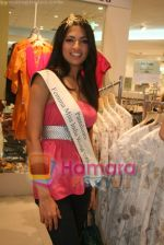 Femina Miss India finalists visit Pantaloon store in  Megamall on April 8th 2008 (2).jpg