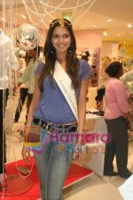 Femina Miss India finalists visit Pantaloon store in  Megamall on April 8th 2008 (20).jpg