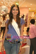 Femina Miss India finalists visit Pantaloon store in  Megamall on April 8th 2008 (21).jpg