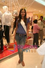 Femina Miss India finalists visit Pantaloon store in  Megamall on April 8th 2008 (22).jpg