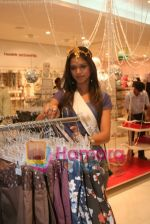 Femina Miss India finalists visit Pantaloon store in  Megamall on April 8th 2008 (23).jpg