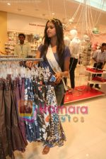 Femina Miss India finalists visit Pantaloon store in  Megamall on April 8th 2008 (24).jpg