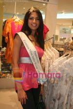 Femina Miss India finalists visit Pantaloon store in  Megamall on April 8th 2008 (3).jpg