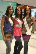Femina Miss India finalists visit Pantaloon store in  Megamall on April 8th 2008 (33).jpg