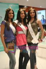 Femina Miss India finalists visit Pantaloon store in  Megamall on April 8th 2008 (36).jpg