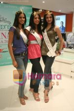 Femina Miss India finalists visit Pantaloon store in  Megamall on April 8th 2008 (37).jpg