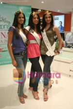 Femina Miss India finalists visit Pantaloon store in  Megamall on April 8th 2008 (38).jpg