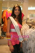 Femina Miss India finalists visit Pantaloon store in  Megamall on April 8th 2008 (4).jpg