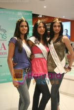 Femina Miss India finalists visit Pantaloon store in  Megamall on April 8th 2008 (42).jpg