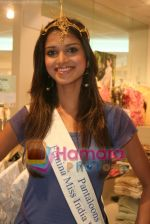 Femina Miss India finalists visit Pantaloon store in  Megamall on April 8th 2008 (7).jpg