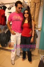 Ria Sen and Rohit Roy promotes Max retail store in  Bhayander on May 16th 2008(7).JPG