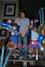 Kunal Kapoor in association with Art of Living Foundation presented gifts to kids at Hard Rock Cafe on June 14th 2008 (18).JPG
