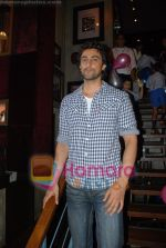 Kunal Kapoor in association with Art of Living Foundation presented gifts to kids at Hard Rock Cafe on June 14th 2008 (19).JPG