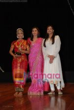 Rani Mukherjee, Esha Deol at Hema Malini_s Natyavihar Kalakendra fourth edition of Jaya Smriti in Nehru Centre on June 21st 2008 (13).JPG