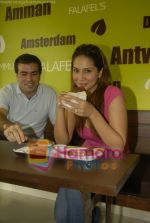 Kim Sharma at Falafel and Hummus House in Lokhandwala on June 25th 2008 (7).JPG