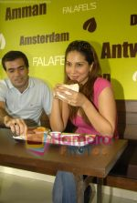 Kim Sharma at Falafel and Hummus House in Lokhandwala on June 25th 2008 (8).JPG