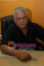 Om Puri at Mukhbir press meet in Samaira_s office on June 24rd 2008(3).JPG