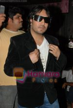 Mika Singh On Location of Tom Dick & Harry Rock Again in  Click Nixon Studio on June 25th 2008(10).JPG