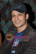 Vivek Oberoi at Mid-Day anniversary bash in Blue Sea on July 2nd 2008(6).JPG