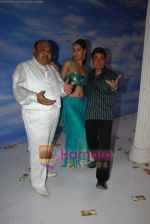 Saurabh Shukla, Shruti Sharma and Vinay Pathak at Oh my god on location in Bhandup on August 2nd 2008 (4).JPG