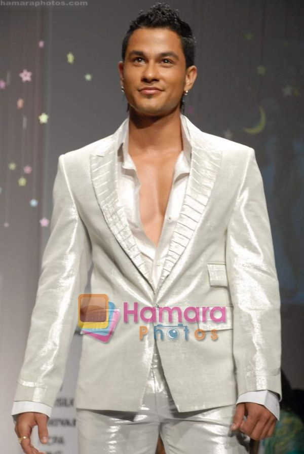 Kunal Khemu Normal_Kunal%20Khemu%20walk%20the%20ramp%20for%20Arshiya%20Fakih_s%20Show%20at%20Lakme%20Fashion%20Week%202008%20on%2023rd%20October%202008%20%20%2828%29