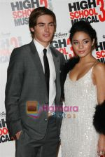 Zac Efron, Vanessa Hudgens at the High School musical 3 premiere in Paris on 20th November 2008(19).JPG