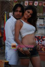 Mika Singh at the video shoot with model Susheel in a coffee cup in Madh on 26th November 2008(12).JPG