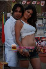 Mika Singh at the video shoot with model Susheel in a coffee cup in Madh on 26th November 2008(9).JPG