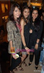 saniay sheikh, heamngi, deepti gujral at Aalim Hakim_s hair lounge on 11th December 2008.JPG