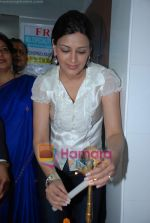 Sonali Bendre at Dr Ashok Chopra_s free health check up in Andheri on 14th December 2008 (20).JPG