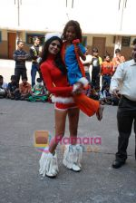 Sherlyn Chopra spends Christmas with kids in Bombay Central on 25th December 2008 (25).JPG