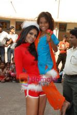 Sherlyn Chopra spends Christmas with kids in Bombay Central on 25th December 2008 (26).JPG
