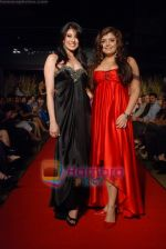 Haasya Chandna, Aushima Sawhney at the launch of designer Haasya Chandna collection in Sahara Star on 15th Jan 2009 (5).JPG