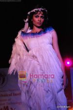 simran kaur mundi on ramp at show by Achala Sachdev for LS Raheja college in Bandra on 12th Feb 2009.JPG