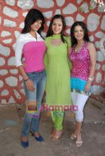 Sukirti Khandpal, Sunaina Gulia, Shweta Gulati at Dill Mill Gaye on location in Madh on 13th Feb 2009 (4).JPG