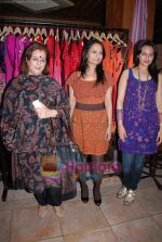 Poonam Sinha, Sonakshi Sinha at Pallavi Jaipur_s showcase in Rio Lounge on 24th March 2009 (4).JPG