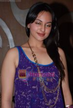 Sonakshi Sinha at Pallavi Jaipur_s showcase in Rio Lounge on 24th March 2009 (4).JPG