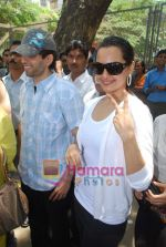 Sonakshi Sinha goes to vote on 30th April 2009 (3).JPG