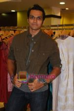 Swapnil Shinde at Amara store in Kemps Corner on 29th April 2009 (3).JPG