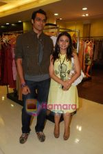 swapnil shinde with deepa dholakia at Amara store in Kemps Corner on 29th April 2009.JPG