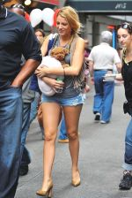 Blake Lively on the sets of GOSSIP GIRL on August 6, 2009 in NY (2).jpg